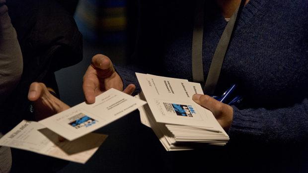 Ein Stapel Bewertungskarten für den Publikumspreis wird ausgezählt