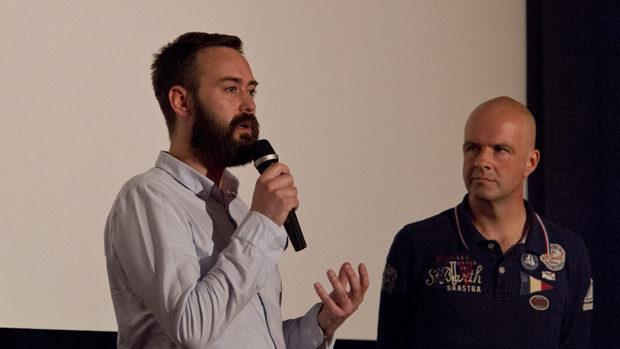 Ben Cleary spricht ins Mikrofon während Bart van den Berg zuhört