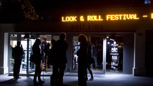 Der Eingang zum Kino am Abend, darüber in Leuchtschrift look&roll Festival