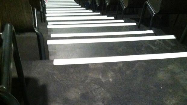 Sichtstreifen an Treppenkanten eines Tribünenaufgangs