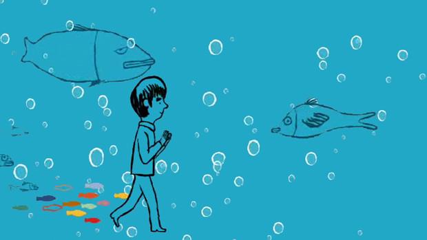 Ein Mädchen wandert unter Wasser zwischen Fischen und Luftblasen