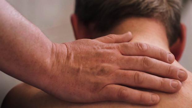 Eine Hand auf dem Nacken von Wim