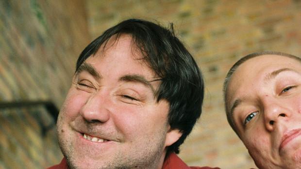 Zwei grinsende junge Männer