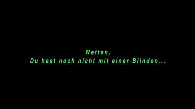 Grüner Text auf schwarzem Untergrund: Wetten, Du hast noch nie mit einer Blinden...