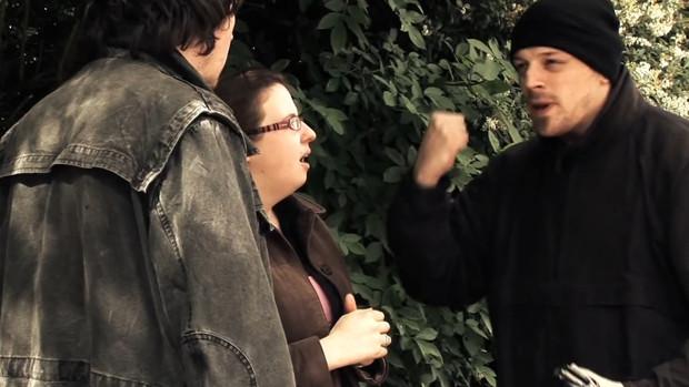 Ein junger gehörloser Dieb bedroht sein Opfer in Gebärdensprache