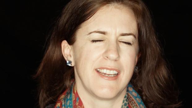 Portrait einer jungen Frau, die zu zwinkern versucht