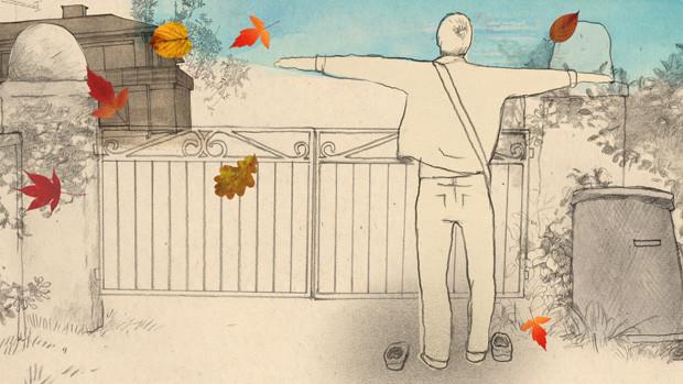 Ein junger Mann steht mit ausgebreiteten Armen vor einem Gartentor