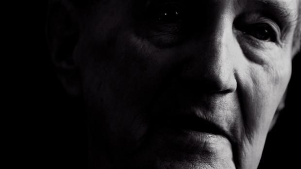Portraitfoto eines alten Mannes mit der linken Gesichtshälfte im Dunkeln