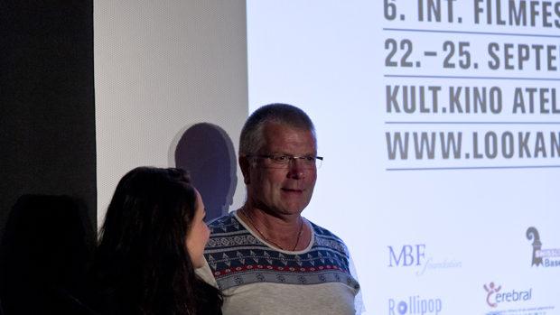 Der lächelnde,  gross gewachsene Hubert Jansen und Regisseurin Kim Faber freuen sich vor der Leinwand