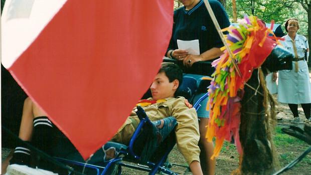 Ein Junge im Rollstuhl bei der Vereidigung als Pfadfinder