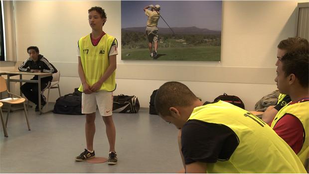 Ein Teenager hält einen Vortrag in Sportkleidung