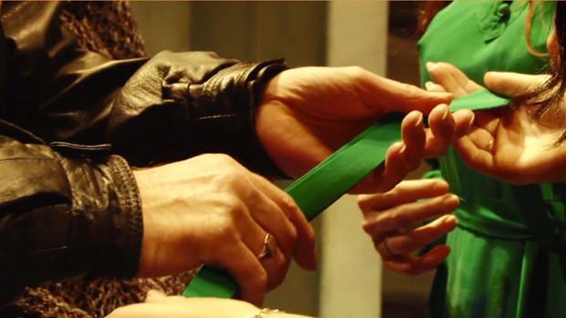 Ein Mann tastet das Kostüm einer Schauspielerin ab