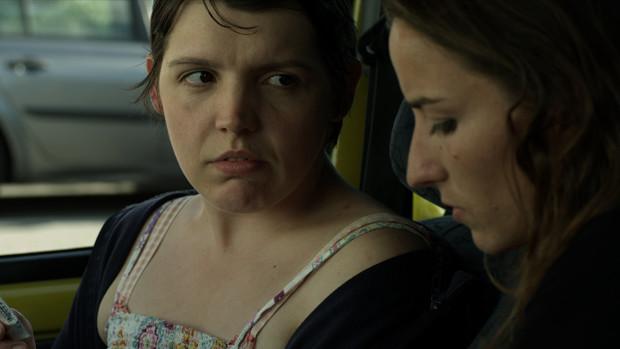 Zwei junge Frauen unterhalten sich im Auto