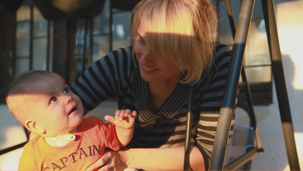 Ein Baby mit seiner Mutter im Sonnenlicht