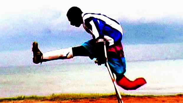 Ein Mann mit einem amputierten Bein beim Fussballspielen