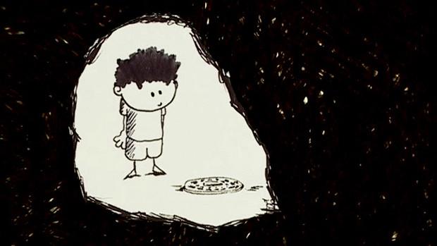 Ein kleiner Junge, der in einem Lichtkreis stehend einen Gullideckel betrachtet