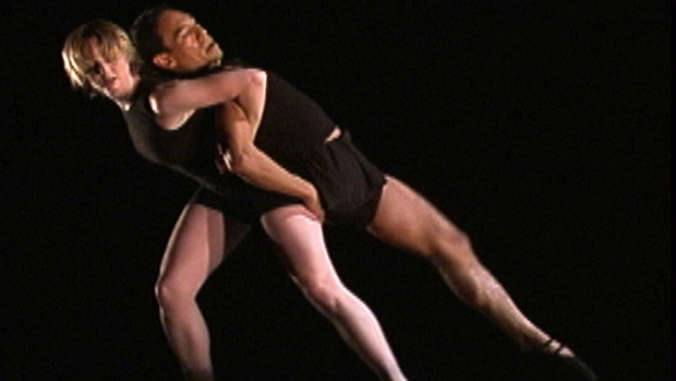 Performance of a pas-de-deux with a male dancer on one leg