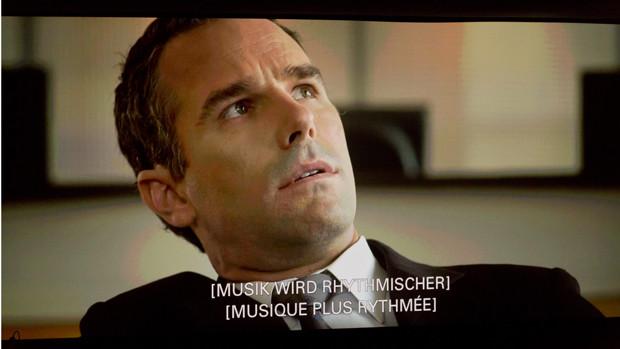 Standbild mit Angaben für Gehörlose in den Untertiteln des Films