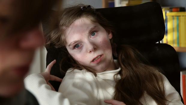 Portraitfoto einer schwer behinderten jungen Frau