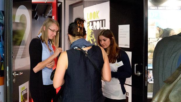 Zwei junge Frauen kontrollieren die Tickets am Eingang zum Kinosaal