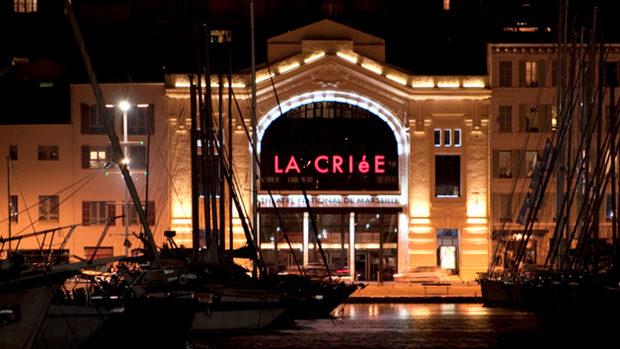 Die abendliche Front des Théâtre de La Criée in Marseille