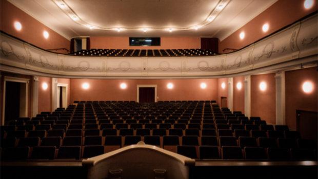 Der leere Theatersaal Sursee mit Festbeleuchtung