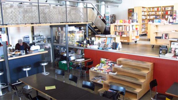 Bar und Bühne, im Hintergrund Bücherregale