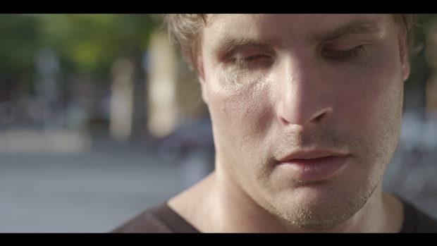 Das Gesicht eines jungen, blinden Mannes im Sonnenlicht