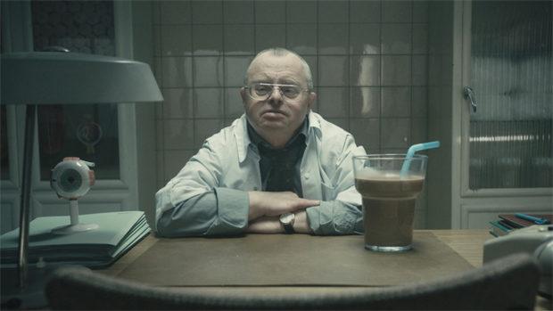 Ein Arzt mit Trisomie 21 am Schreibtisch einer altmodischen Praxis