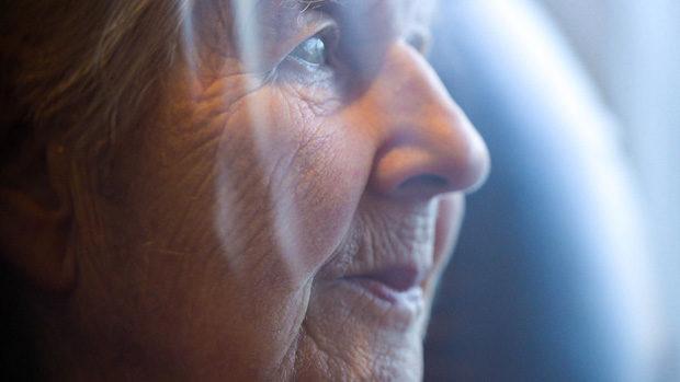 Seitenportrait einer alten Frau