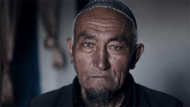 Das gebräunte Gesicht eines alten asiatischen Mannes mit Spitzbart