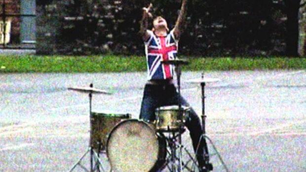 Ein Schlagzeuger im Freien