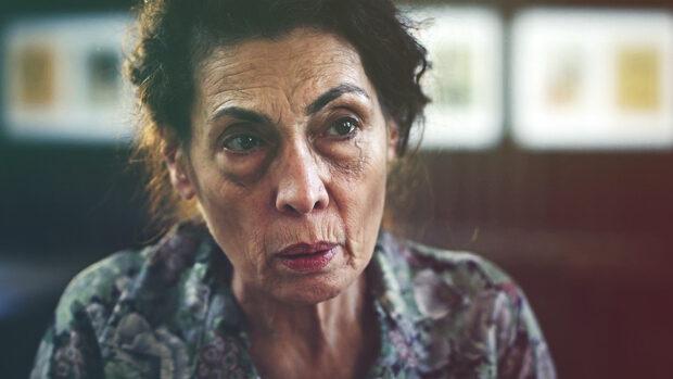 Portraitfoto einer älteren Frau mit ernstem Blick
