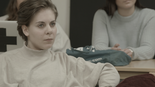 Eine Studentin im Seminarraum
