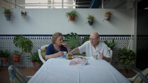 Ein betagtes Paar am Esstisch