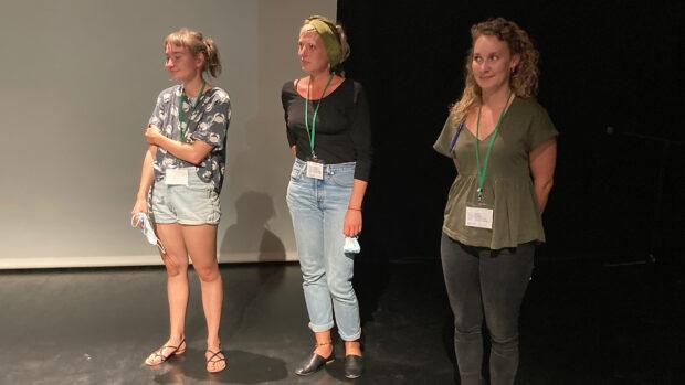 Die drei Frauen auf der Bühne vor der Leinwand