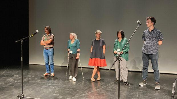 Die 5 Jurymitglieder stehen auf der Bühne