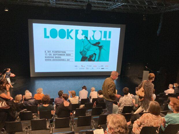 Der Blick über das Publikum hinweg auf die grosse Kinoleinwand mit dem look&roll-Dia